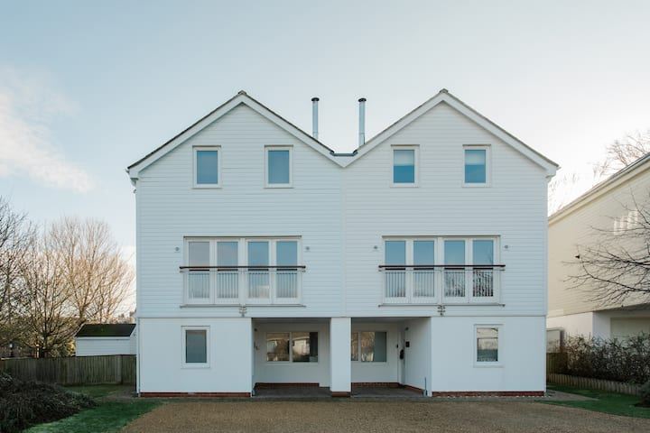 5 bedroom contemporary coastal house - West Wight