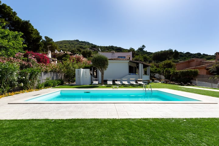Exclusive villa with private pool 70mt from sea