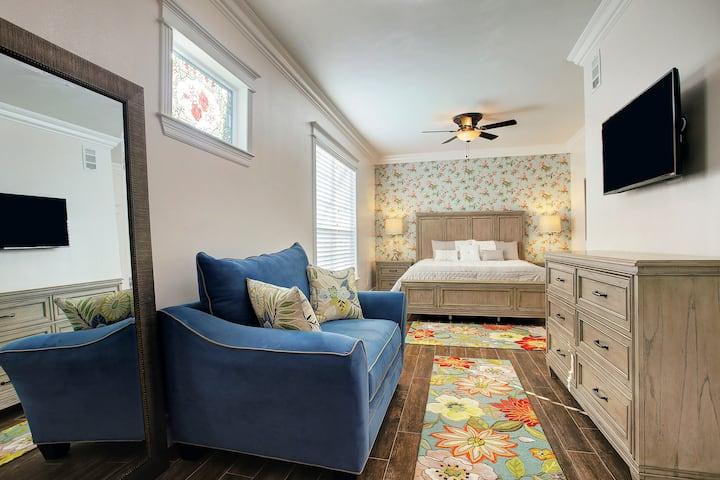 King Bedroom Suite with Full Kitchen - Houston Inn