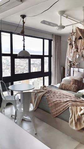 Apto Studio Privativo independente , janela de 2.44m de altura por 3.5m de comprimento vista incrível do Farol  Santander . Cama queen , alta qualidade.