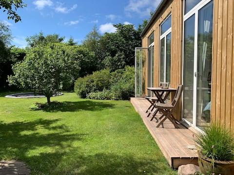 Fjordudsigt og hyggelig have