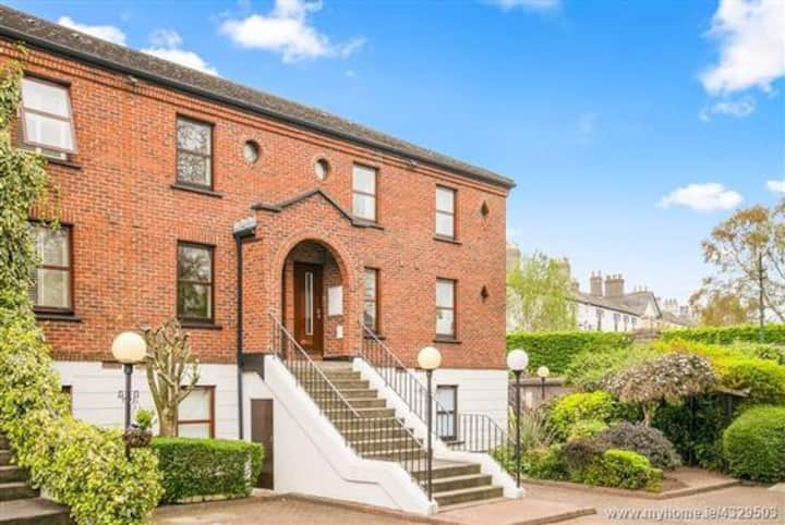 Beautiful 2BR townhouse with a balcony in Dublin 4