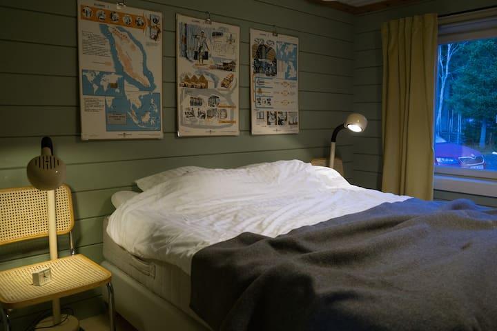 Skön 160-säng i huvud-sovrummet.