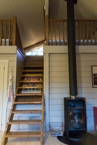 Trappan upp till loftet kan vara en utmaning för äldre besökare men helt klart uppskattat av yngre!