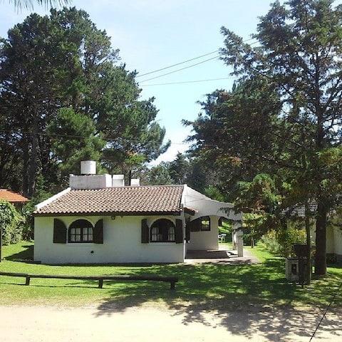 Maison chalet avec maison,  barbecue, parc et cuisinière.