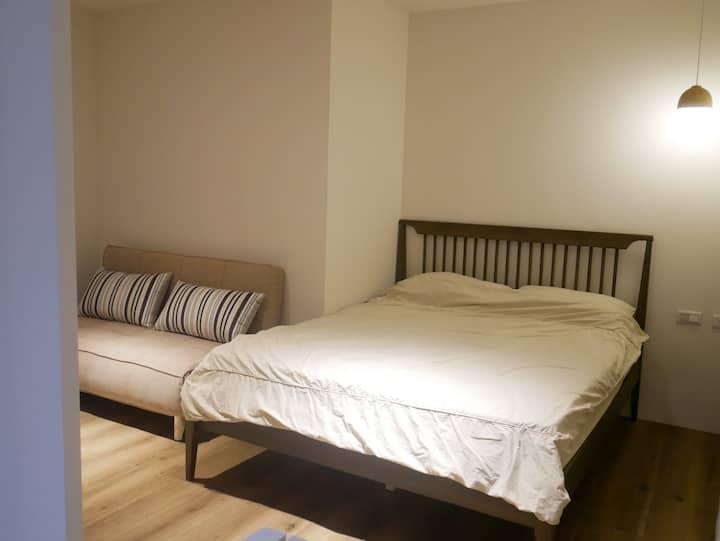 〈K&K一號房〉捷運3分鐘、新北歡樂耶誕城,雙人房型+1沙發、床(可住4人),空間大、隔音、採光良好