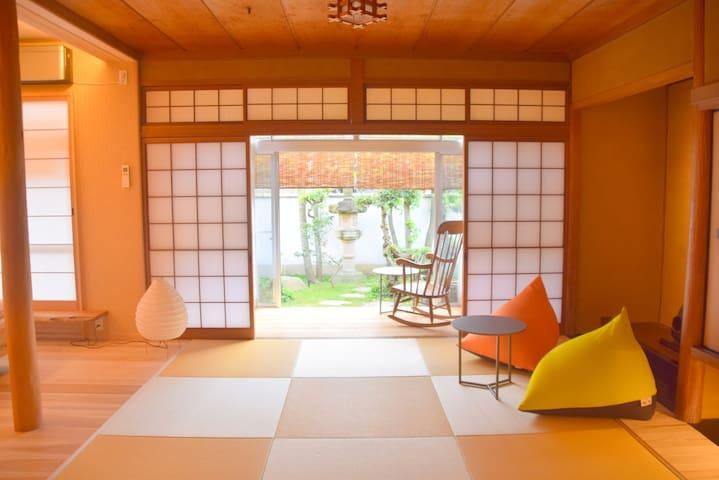 日和庵 天然木の香りあふれる高松のまちなか庭付き古民家一棟貸しの宿(New OPEN 特別価格!)