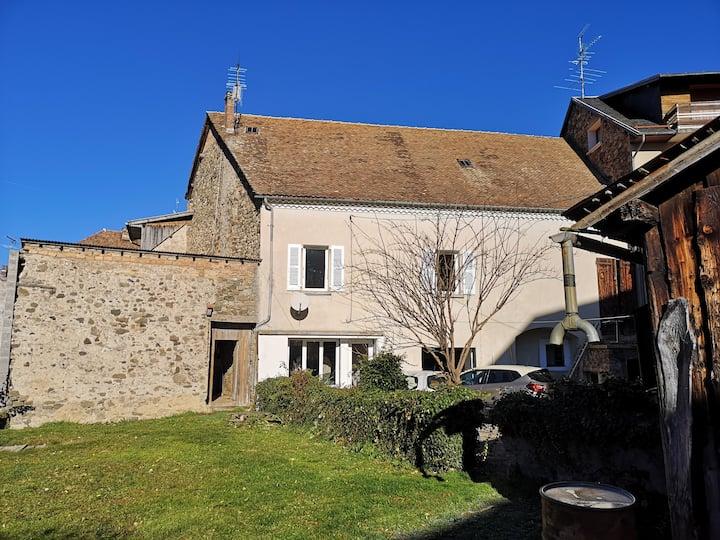 Maison cœur de village avec jardin et cour