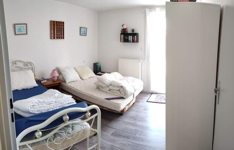 chambre équipé d'un lit d'une personnes plus un lit de deux personnes et armoire avec cintres avec tv murale
