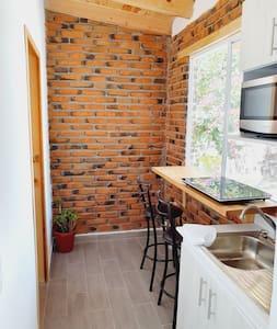 La entrada a la cocina es de 85cm de ancho, la entrada al baño es de 75cm.