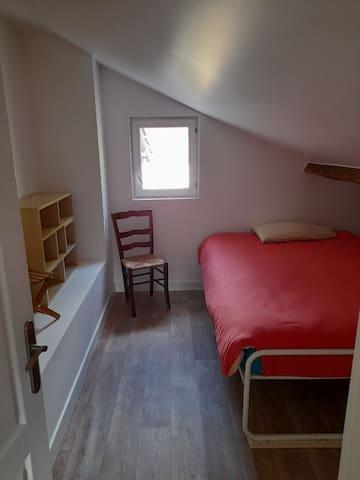 Chambrette mansardée. Lit 140. Un couple pourra au choix dormir dans cette chambre ou dans la pièce principale (canapé lit haut de gamme) pour plus de confort.