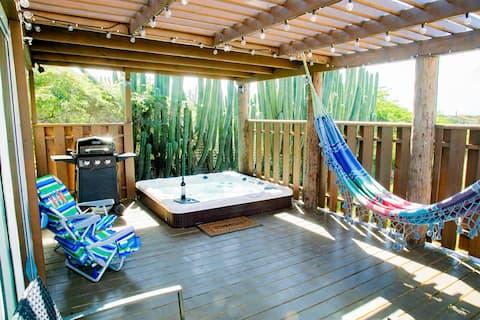 Cadushi Villa, cozy deck, Hot Tub, entire house