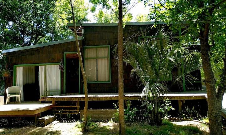 Cabaña familiar con hermoso jardín.