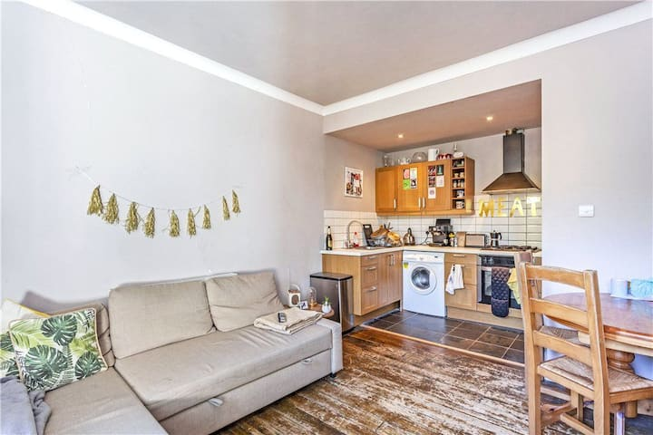 Homely, handy stopover base in Streatham Hill