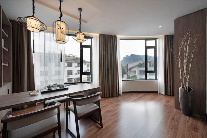 武夷山主景区、现代极简设计风、一室一厅套房、超大观景窗户、停车位充裕、周边繁华、双早