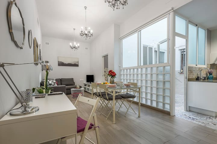 Modern & quiet apartment in typical Sevilla house