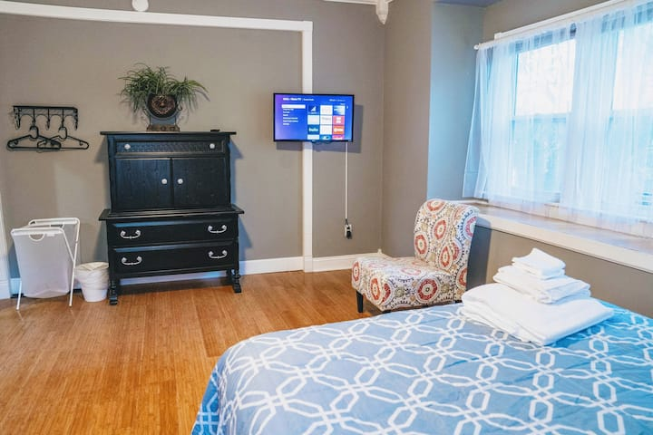 """Huge """"Genessee"""" suite-Newly Renovated Mansion"""