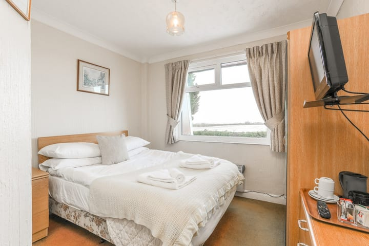Double Room♦ TV in each room♦ Free on-site Parking