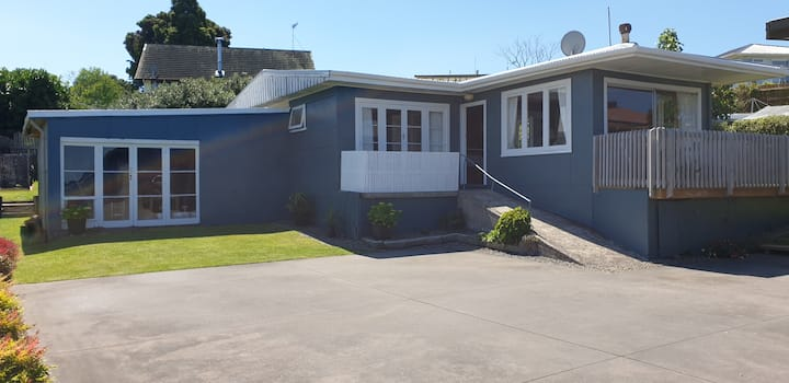 1950s 2 brm beach cottage air con and water views