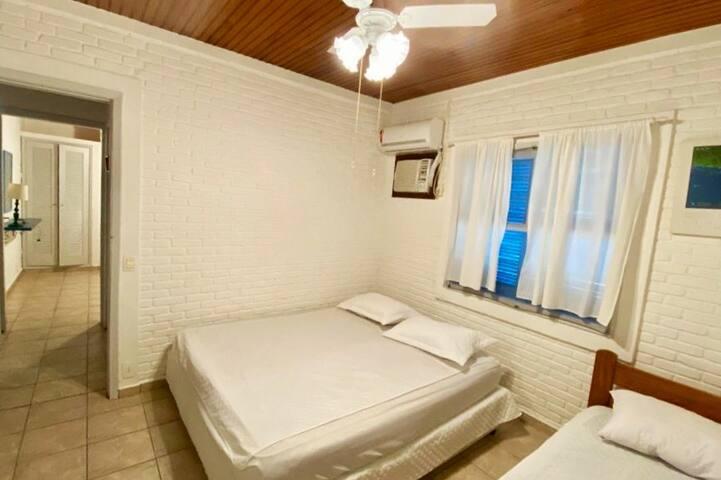 Quarto 1: cama de casal + solteiro