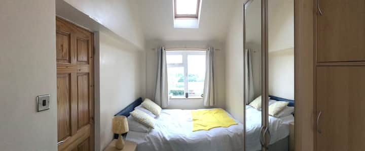 Large double bedroom in quiet house in Chertsey
