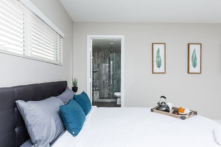 2nd Bedroom with 2 Queen Beds and en-suite bathroom