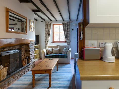 Character cottage w/ nearby beaches, Devon