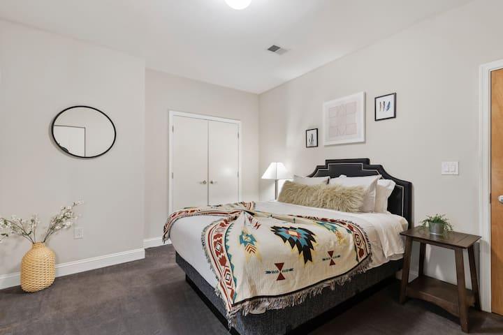 bedroom#1 with queen bed