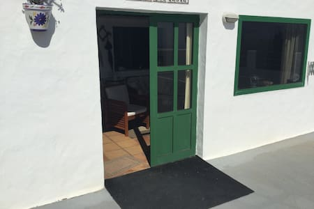 Entrada Principal con su lámpara en la entrada