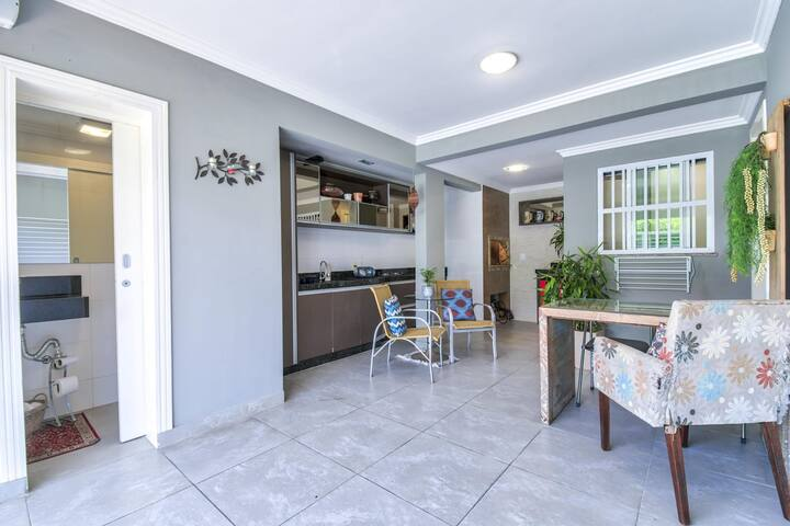 Casa moderna para família em rua tranquila.