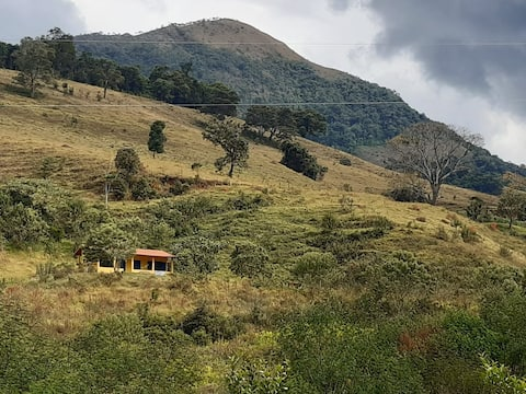 Chalé em Alagoa com rio e vista para montanhas