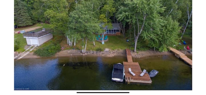 Horseshoe lake retreat