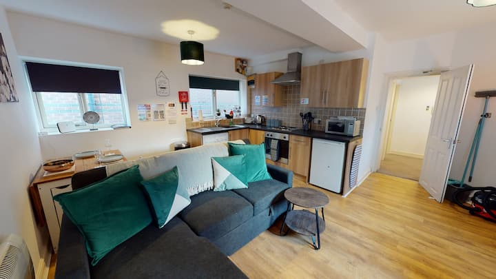 MODERN & SPACIOUS, CITY-CENTRE APARTMENT, Sleeps 4