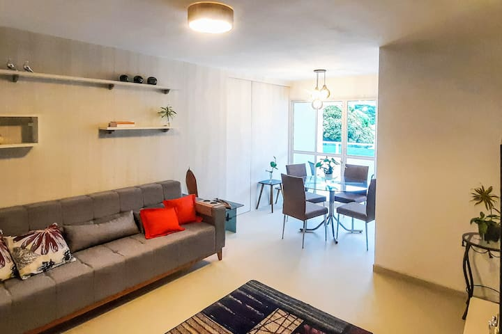 Sala de estar e Jantar (Sofá amplo, pufs e tv de 50pol)