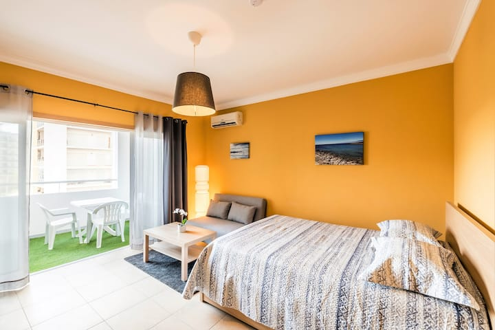Cozy Studio: Pool, WIFI, AC, Balcony, Smart TV