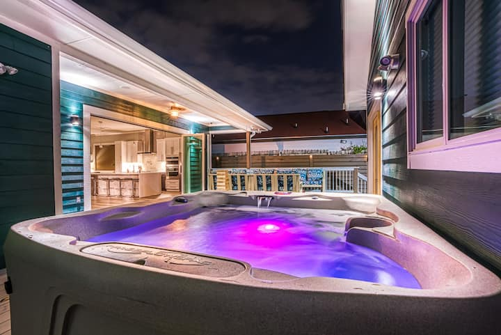 Luxury Home w/ HOT TUB, MOVIE THEATER, HUGE PATIO!