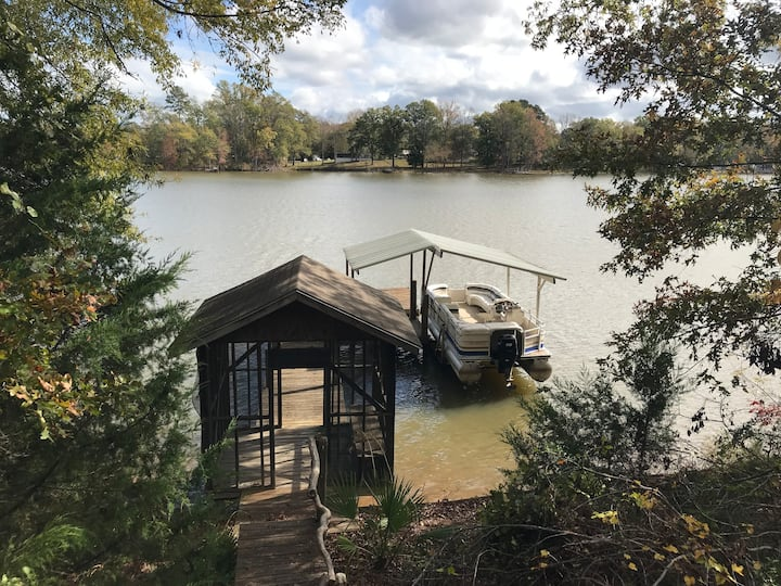 Lakefront pets welcome, boat house, lift and docks