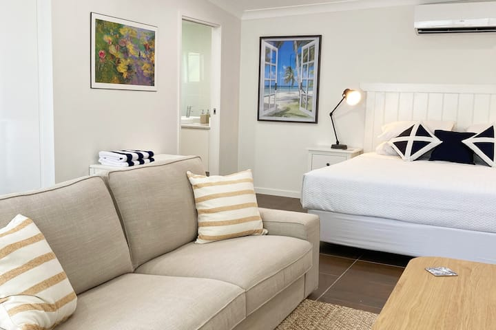 Palme - King Bed, Style, Privacy & Deck Views