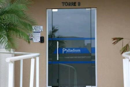 sem degraus, ao lado dessa porta já está o elevador.