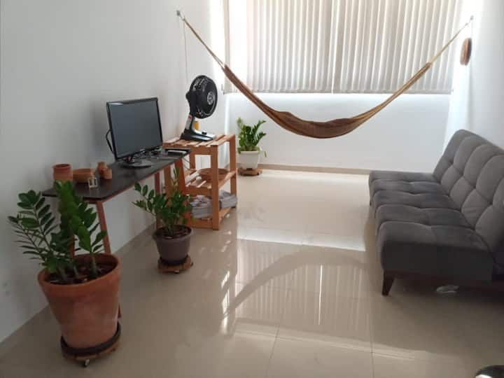 Apartamento confortável em ótima localização.
