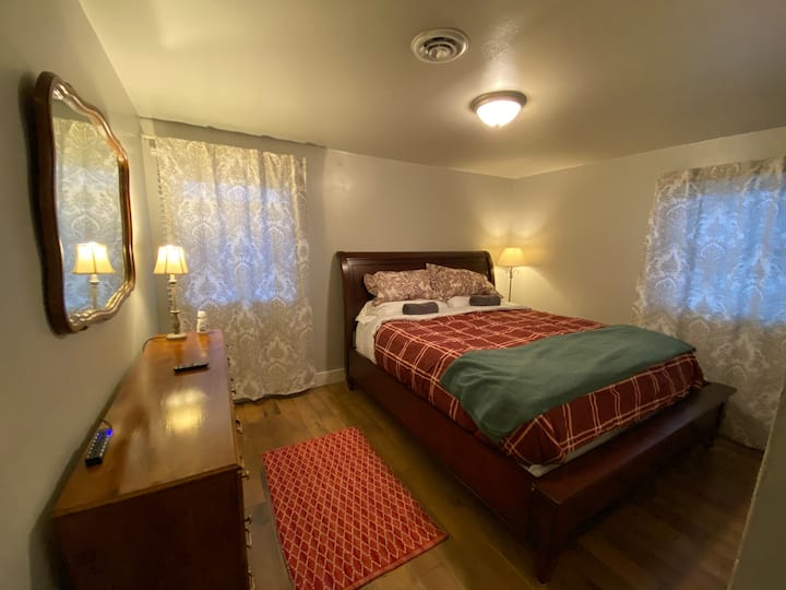 Private Room w/ Large Bed in Moses Lake