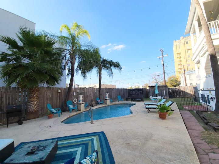 COOL POOL BR! Queen BR w/ Netflix and FULLY STOCKED HOUSE