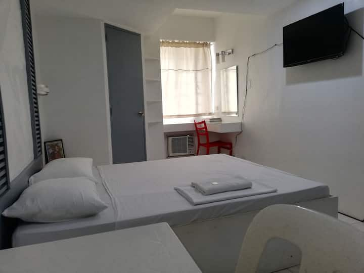 Frank Lloyd Rooms 1/ 4km away from terminal 1&2