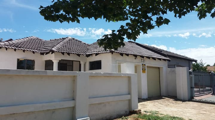 Charming & modern 6 bed house in PhilipNel Park