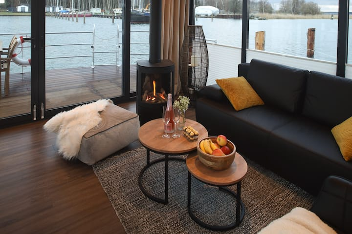 Insider hint ⇒ Exclusive houseboat with fireplace