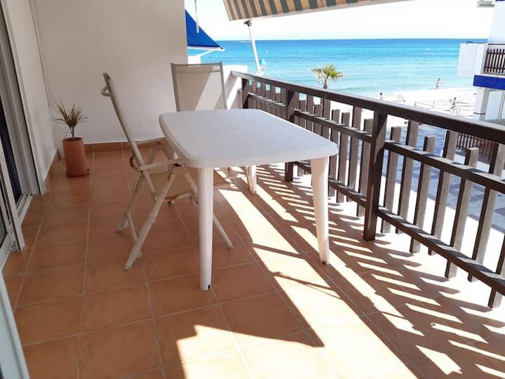 Apartamento con amplia terraza frente al mar