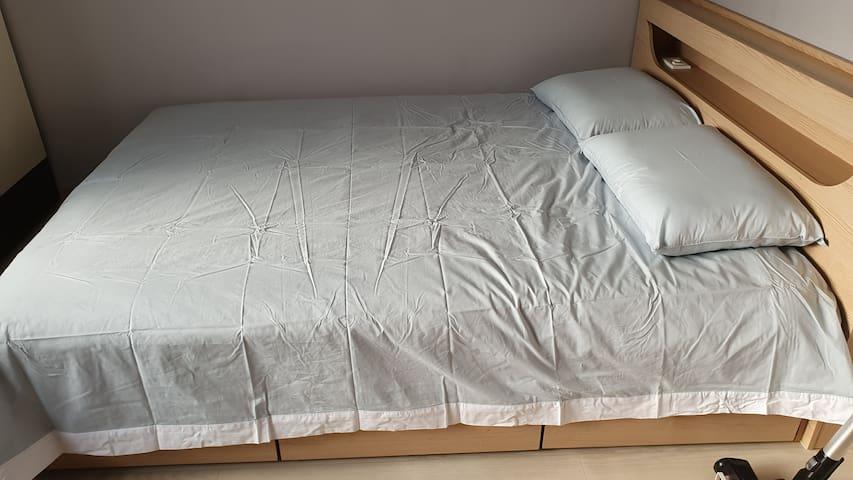 퀸사이즈 침대와 깨끗한 면침구와면베게
