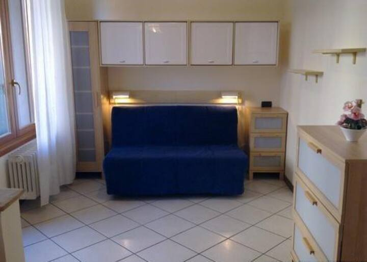 Monza Cosy & Cheap Studio with private parking