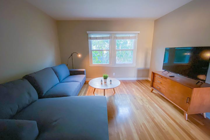 ★Cozy Quiet 2 BR w HIGH SPEED WIFI & Huge Couch!