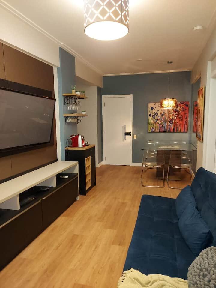 Apartamento em condomínio-clube perto de tudo.